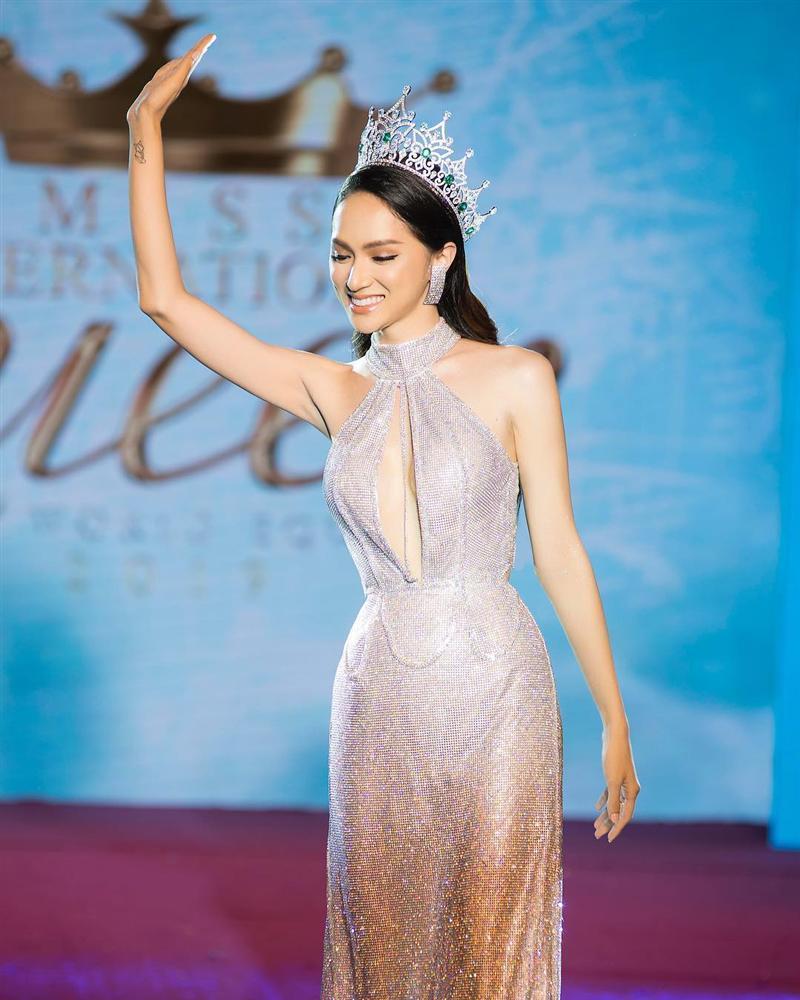 Chỉ 1 nụ cười và hất tóc trong vòng 10 giây, Hương Giang mặc bikini đẹp lấn át cả dàn thí sinh Miss International Queen 2019-2