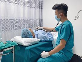 Giữa tin đồn phẫu thuật chuyển giới, Long Nhật 'đổ dầu vào lửa' khi công khai hình ảnh nằm trên giường bệnh