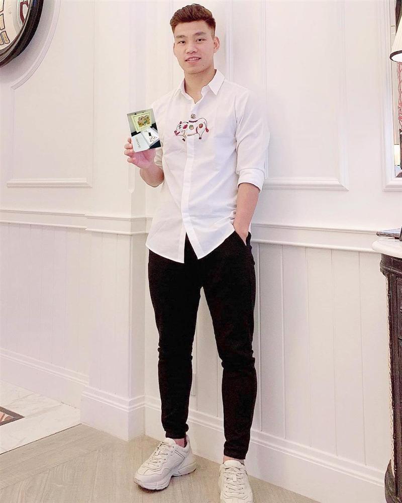 Thêm 1 mẫu áo sơ mi quốc dân lấy lòng từ hoa hậu Kỳ Duyên, Phương Khánh đến các cầu thủ như Văn Thanh, Bùi Tiến Dũng-9
