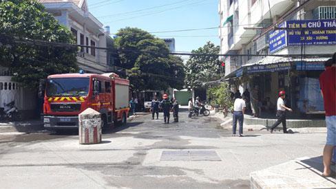 Chung cư ở Sài Gòn bốc cháy ngùn ngụt giữa trưa, người dân ôm tài sản tháo chạy tán loạn-2