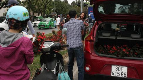 Hà Nội, dân mang cả ô tô hôi hoa sau thượng đỉnh Mỹ - Triều-1