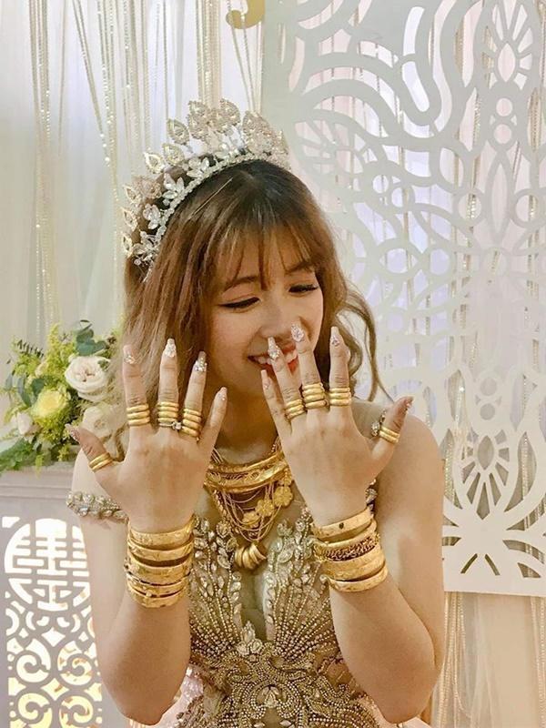 Cô dâu số hưởng nhất mạng xã hội hôm qua: Của hồi môn trĩu cổ toàn vàng, đã vậy còn lấy được chồng đẹp như soái ca-2