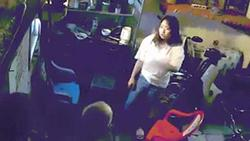 Clip sốc: Chỉ vì không được đi chơi, cô gái chửi mẹ, đánh ông ngoại gây phẫn nộ
