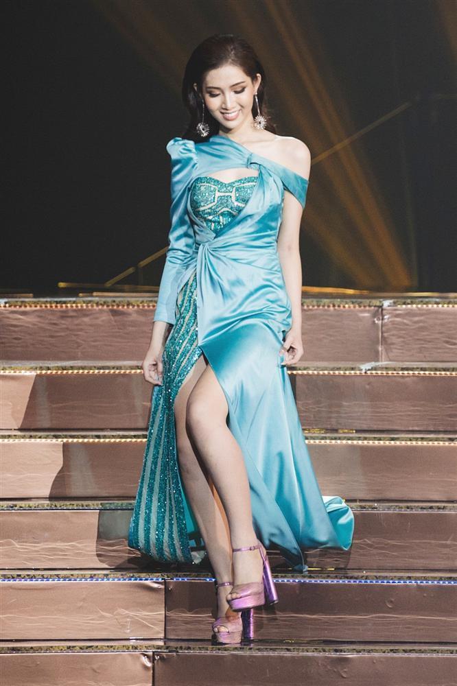 Dân mạng kết tội Hương Giang đem con bỏ chợ khi bỏ mặc Nhật Hà chịu cảnh váy xấu giày rách trên sân khấu Hoa hậu Chuyển giới-4