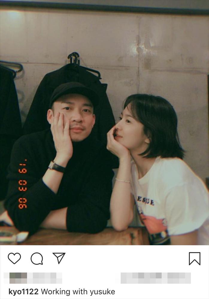 Song Hye Kyo đăng ảnh cùng người đàn ông lạ mặt, Song Joong Ki vẫn rạng rỡ giữa tin đồn ly hôn-1