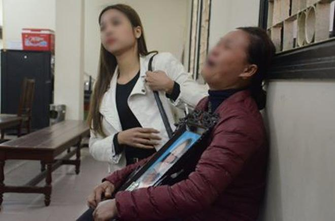 Xét xử ca sĩ Châu Việt Cường nhét tỏi khiến cô gái tử vong: Mẹ nạn nhân mang di ảnh đến tòa, khóc nức nở-1