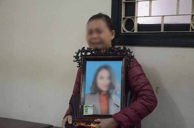 Xét xử ca sĩ Châu Việt Cường nhét tỏi khiến cô gái tử vong: Mẹ nạn nhân mang di ảnh đến tòa, khóc nức nở-2