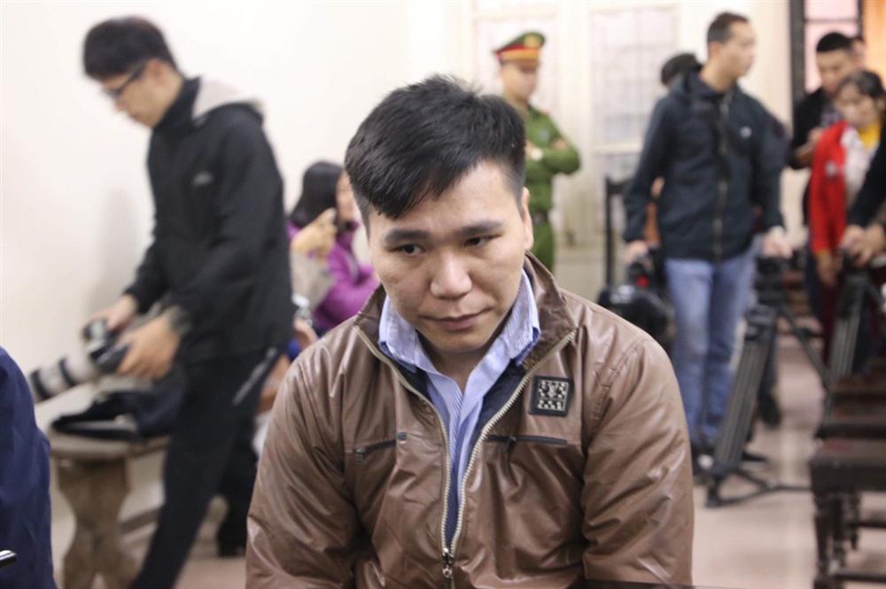Xét xử ca sĩ Châu Việt Cường nhét tỏi khiến cô gái tử vong: Mẹ nạn nhân mang di ảnh đến tòa, khóc nức nở-4