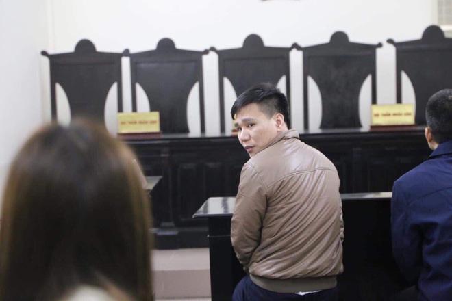 Xét xử ca sĩ Châu Việt Cường nhét tỏi khiến cô gái tử vong: Mẹ nạn nhân mang di ảnh đến tòa, khóc nức nở-5