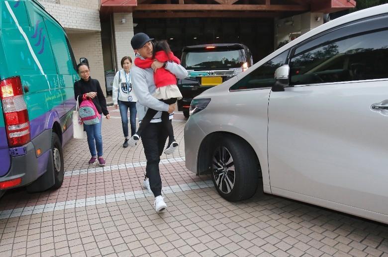 Lưu Khải Uy vội vã đón con gái tan học, thẳng thừng từ chối trả lời về vợ cũ Dương Mịch-6
