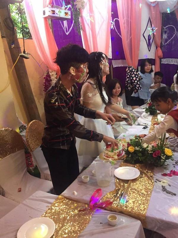 Bị bôi bánh kem đầy mặt, cô nàng phù dâu trở thành tâm điểm buổi tiệc vì loạt biểu cảm hài hước-2