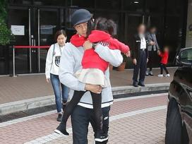 Lưu Khải Uy vội vã đón con gái tan học, thẳng thừng từ chối trả lời về vợ cũ Dương Mịch
