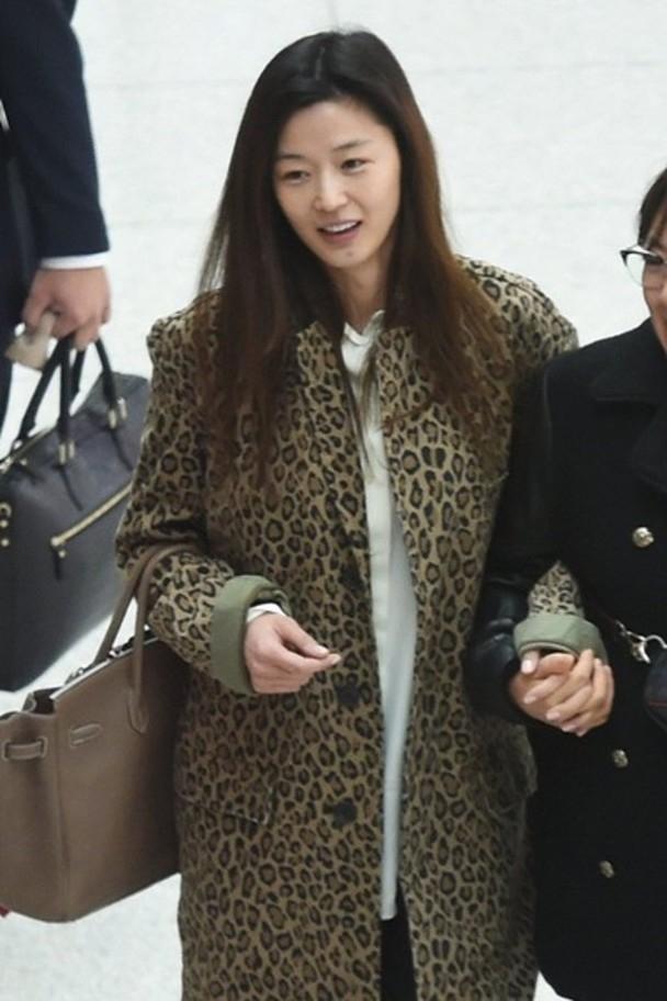 Mợ chảnh Jeon Ji Hyun để mặt mộc mà vẫn nổi bần bật tại sân bay-2