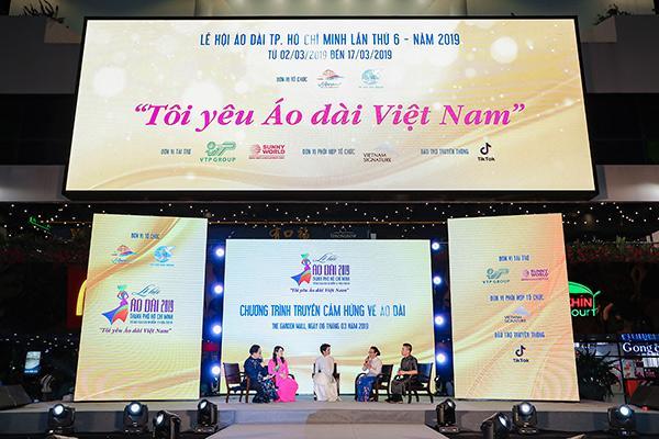 H'Hen Niê tặng Bảo tàng áo dài áo dài thổ cẩm-1