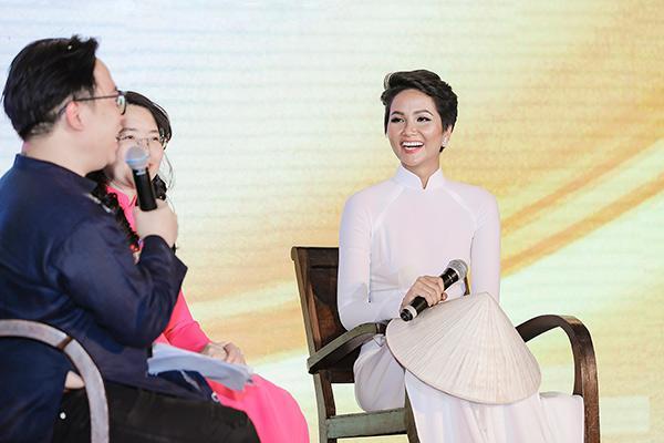 H'Hen Niê tặng Bảo tàng áo dài áo dài thổ cẩm-2