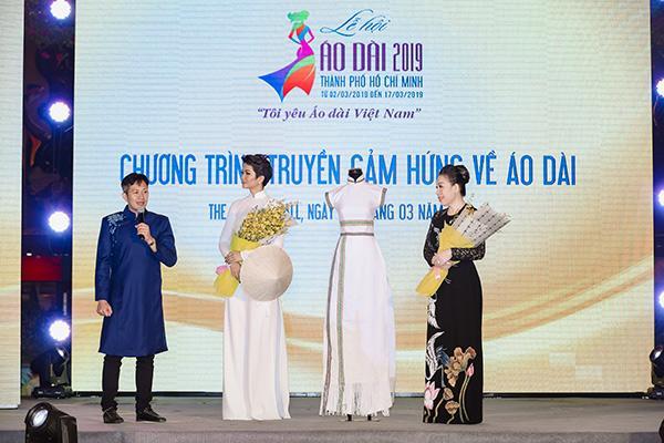 H'Hen Niê tặng Bảo tàng áo dài áo dài thổ cẩm-3
