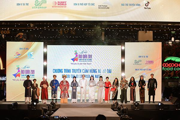H'Hen Niê tặng Bảo tàng áo dài áo dài thổ cẩm-4