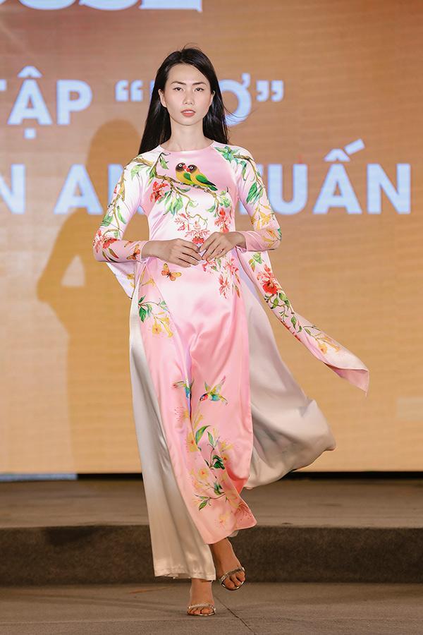 H'Hen Niê tặng Bảo tàng áo dài áo dài thổ cẩm-5