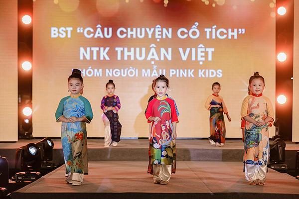 H'Hen Niê tặng Bảo tàng áo dài áo dài thổ cẩm-6