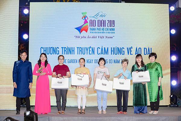 H'Hen Niê tặng Bảo tàng áo dài áo dài thổ cẩm-7