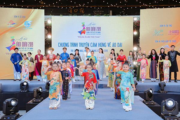 H'Hen Niê tặng Bảo tàng áo dài áo dài thổ cẩm-8