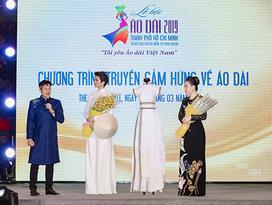 H'Hen Niê tặng Bảo tàng áo dài áo dài thổ cẩm