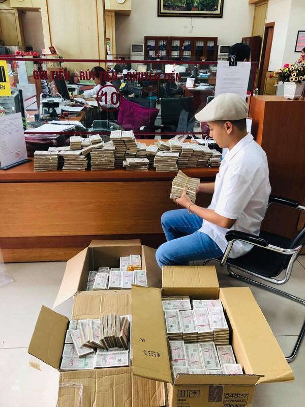 Bi hài thanh niên lầy lội mang 200 triệu toàn tờ 2000 đồng đến ngân hàng gửi tiết kiệm-1