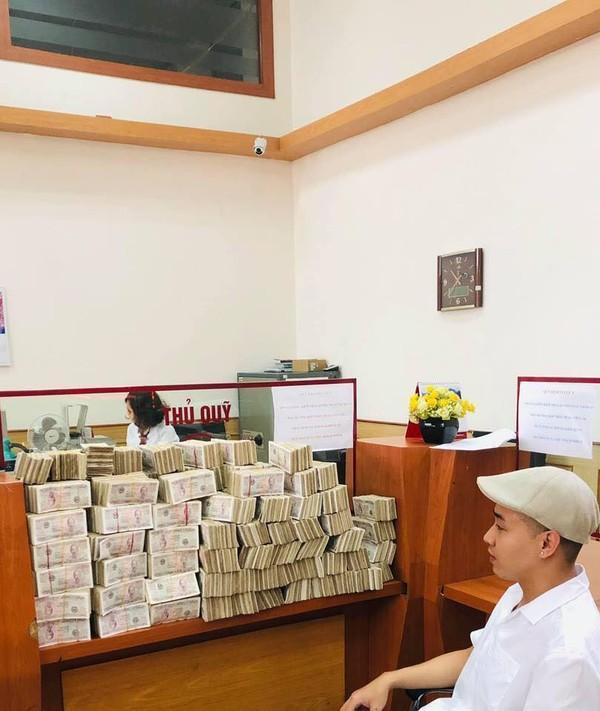 Bi hài thanh niên lầy lội mang 200 triệu toàn tờ 2000 đồng đến ngân hàng gửi tiết kiệm-2