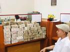 Bi hài thanh niên 'lầy lội' mang 200 triệu toàn tờ 2000 đồng đến ngân hàng gửi tiết kiệm