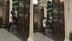 Chàng trai ôm hoa đứng chờ bạn gái hơn 30 phút không gặp, biệt phủ nhà cô gái khiến ai nhìn cũng choáng