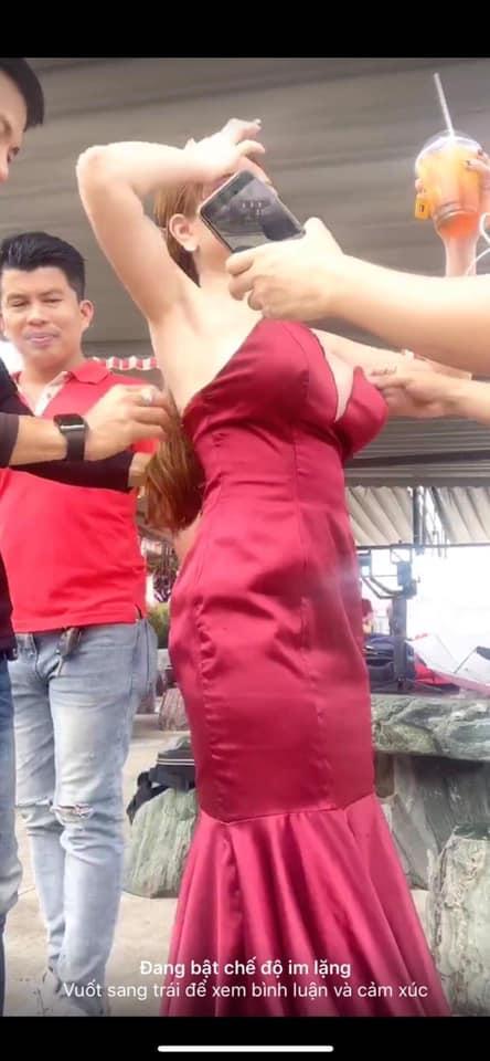Ăn mặc trễ nải khi livestream, hot girl Mon 2K lộ nguyên vòng 1 như vựa hoa quả trên sóng trực tiếp-4