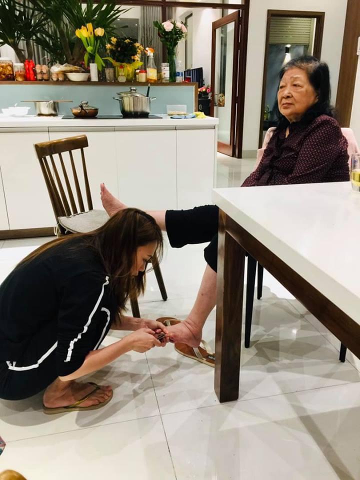 Bức ảnh ĐẸP nhất ngày 8/3: Mỹ Tâm dép lê, ngồi xổm tự tay cắt tỉa móng chân cho mẹ-2