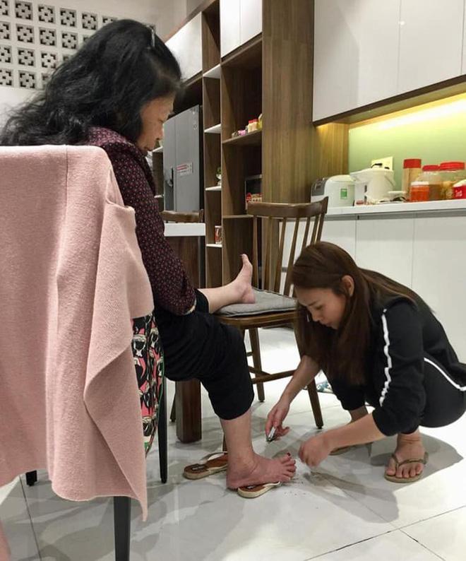 Bức ảnh ĐẸP nhất ngày 8/3: Mỹ Tâm dép lê, ngồi xổm tự tay cắt tỉa móng chân cho mẹ-1