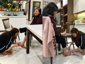 Bức ảnh ĐẸP nhất ngày 8/3: Mỹ Tâm dép lê, ngồi xổm tự tay cắt tỉa móng chân cho mẹ