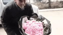 CLIP XÚC ĐỘNG NHẤT NGÀY 8/3: Cụ ông móm mém, dò từng bước đến tặng hoa cho cụ bà