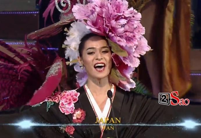 Nhật Hà trình diễn quốc phục, hô Việt Nam mở màn chung kết-8