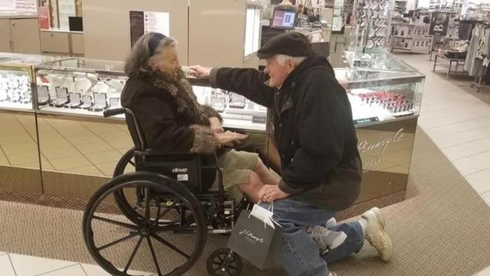 Cụ ông 84 tuổi cầu hôn lại vợ sau 63 năm chung sống-1