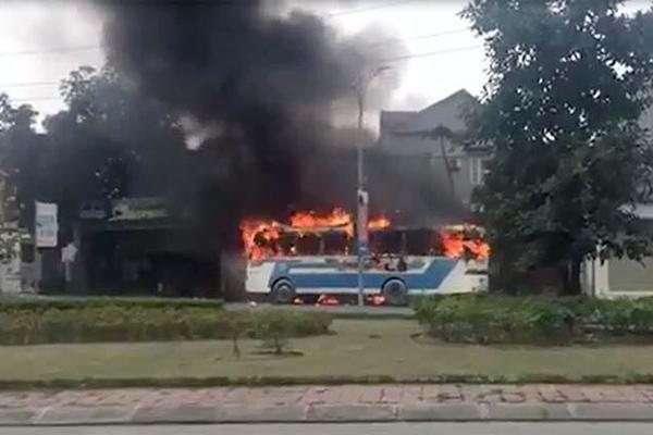Ô tô phát nổ bốc cháy nghi ngút, tài xế phá cửa thoát thân-1