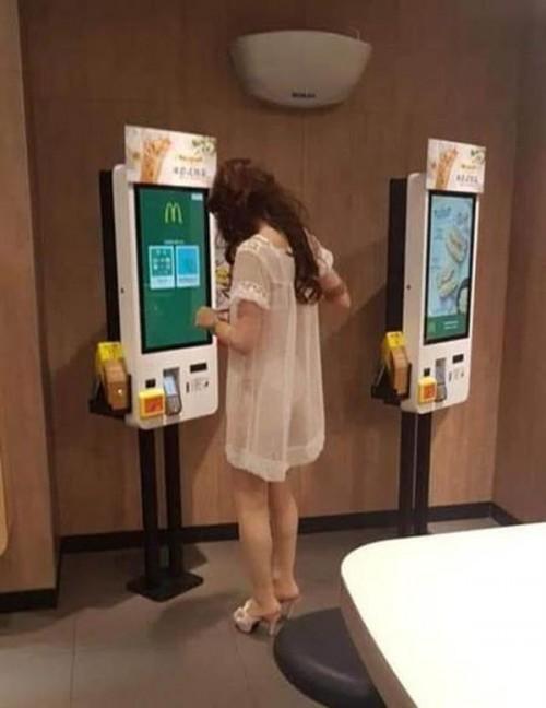 Xôn xao hình ảnh cô gái mặc váy mỏng tang ra đường, nhìn thấu cả nội y-1