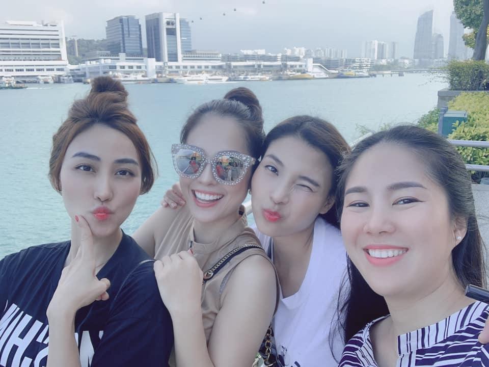 Ly hôn trong nước mắt, Dương Cẩm Lynh vẫn cùng chồng cũ đưa con trai du hí Singapore-1