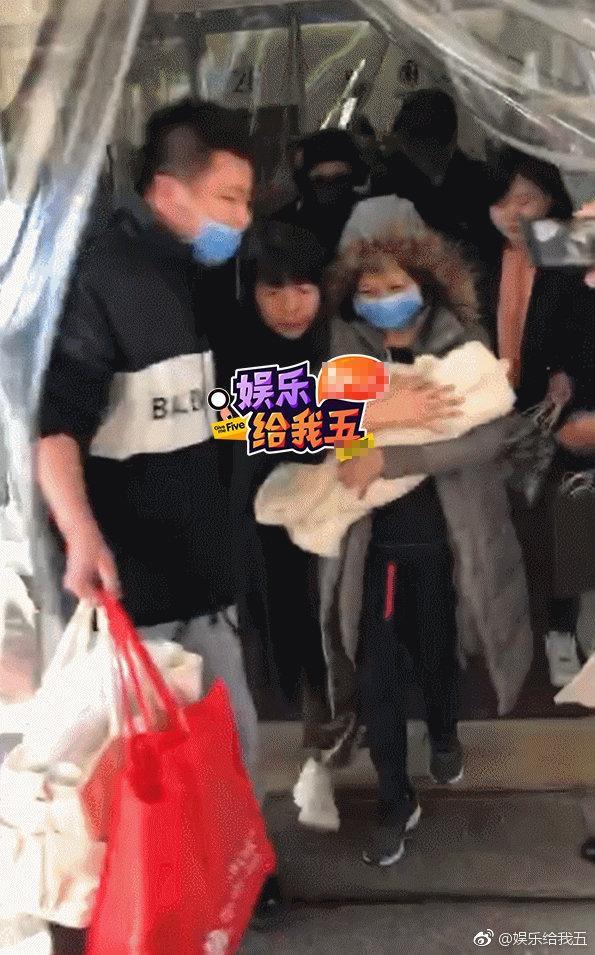 Giao cho người nhà bế quý tử vừa sinh, Phùng Thiệu Phong ôm chặt Triệu Lệ Dĩnh hộ tống vợ xuất viện-4