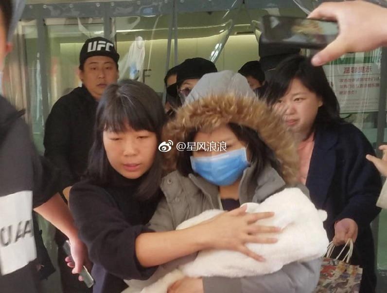 Giao cho người nhà bế quý tử vừa sinh, Phùng Thiệu Phong ôm chặt Triệu Lệ Dĩnh hộ tống vợ xuất viện-8