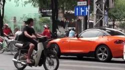 Rụng tim trước 'soái ca BMW' đẩy xe lăn giúp cụ già bán vé số qua đường