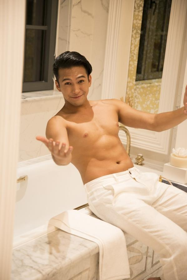 Danh tính không phải dạng vừa của nam chính 6 múi trong MV Em đã thấy anh cùng người ấy made by Hương Giang Idol-5