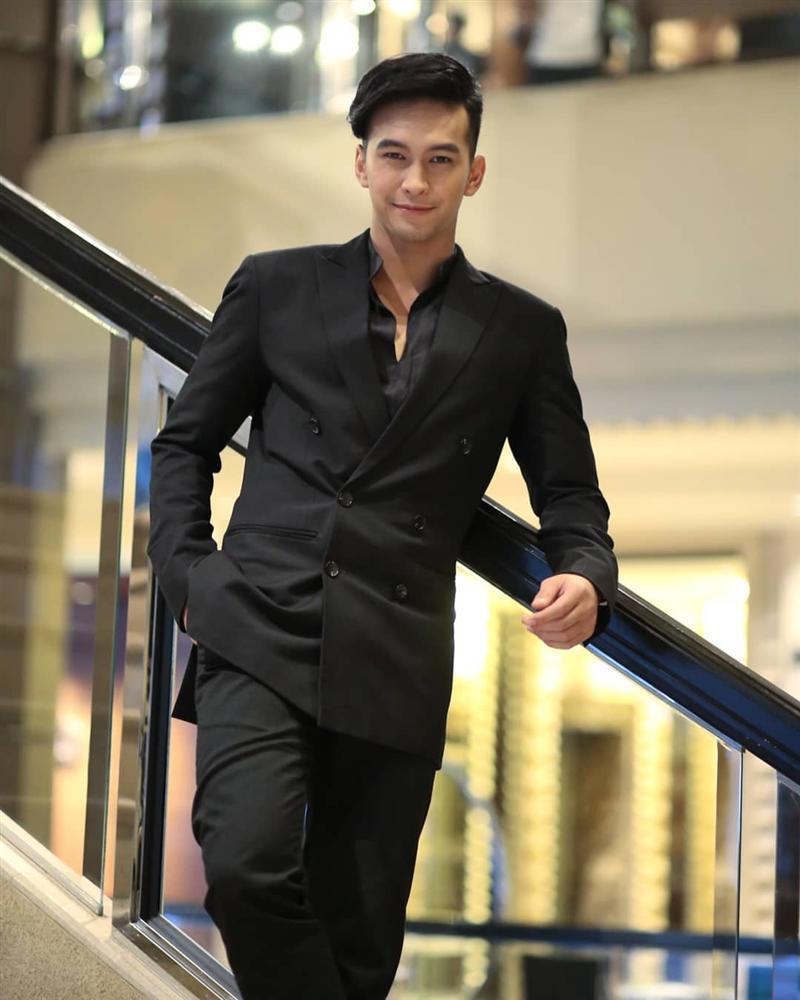 Danh tính không phải dạng vừa của nam chính 6 múi trong MV Em đã thấy anh cùng người ấy made by Hương Giang Idol-11