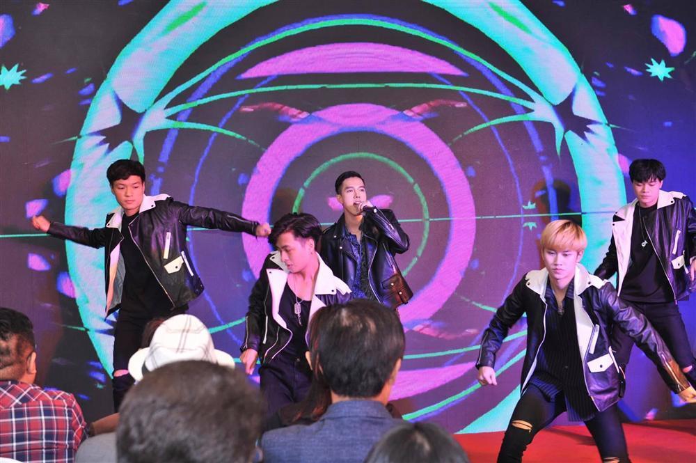 Lâu lâu mới lại khoe giọng hát, hotboy Minh Châu đốt cháy sân khấu với hit Ghen của Min và Erik-1