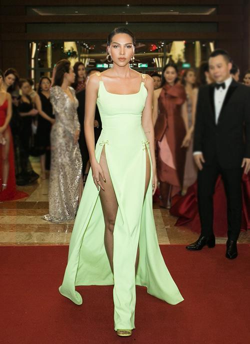 Váy xẻ cao vút - món đồ bị chê phản cảm nay đã ra ngõ là gặp với sao Việt-1
