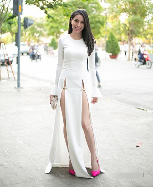 Váy xẻ cao vút - món đồ bị chê phản cảm nay đã ra ngõ là gặp với sao Việt-2