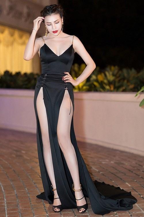 Váy xẻ cao vút - món đồ bị chê phản cảm nay đã ra ngõ là gặp với sao Việt-3