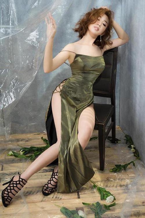 Váy xẻ cao vút - món đồ bị chê phản cảm nay đã ra ngõ là gặp với sao Việt-5